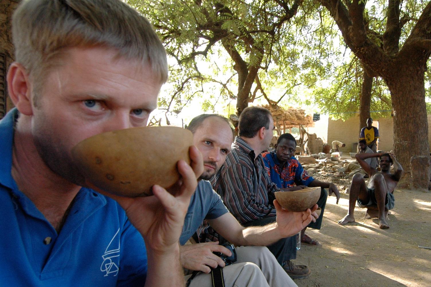 """In einem Dorf bei Ouagadougou mit lokal gebrautem """"Bier"""""""