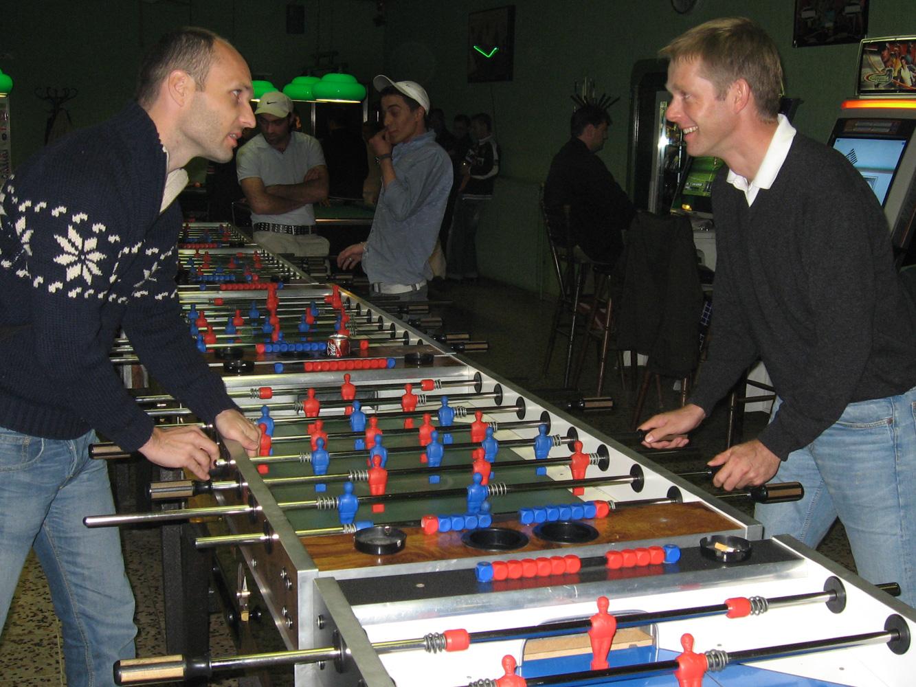 Bei unserem ersten echten Treffen im Oktober 2006 und unserem ersten Tischfußballspiel. Es sollten viele Hundert folgen, von denen Helge alle gewann.